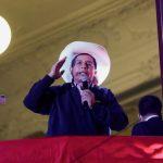 """El candidato presidencial socialista Pedro Castillo se dirige a sus partidarios desde la sede del partido """"Perú Libre"""", en Lima, Perú, Junio 10, 2021. REUTERS/Angela Ponce"""