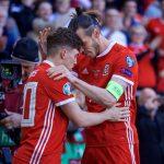 Dan James de Gales celebrando el gol inicial.
