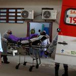 Un paciente que se sospecha tiene COVID-19 es subido a una ambulancia por personal médico, en Río de Janeiro. REUTERS / Pilar Olivares