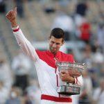 El tenista serbio Novak Djokovic celebra con el trofeo su triunfo en la final del Abierto de Francia contra el griego Stefanos Tsitsipas en Roland Garros, París, Francia. - Junio 13, 2021 REUTERS/Benoit Tessier