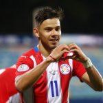Ángel Romero de Paraguay celebra su tercer gol contundente triunfo 3-1 ante Bolivia en la Copa América. REUTERS / Amanda Perobelli
