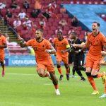 El holandés Memphis Depay celebra el primer gol con Frenkie de Jong y Wout Weghorst. Pool vía REUTERS/Olaf Kraak