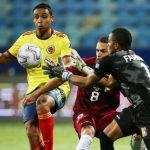 El colombiano Luis Muriel disputa un balón con los venezolanos Wuilker Farínez y Francisco La Mantía en un partido por el Grupo B de la Copa América en el estadio Olimpico Pedro Ludovico. 17 junio 2021. REUTERS/Diego Vara