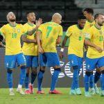Neymar celebra con sus compañeros tras anotar uno de los goles con los que Brasil ganó 4-0 a Perú en Copa América. Estadio Nilton Santos, Río de Janeiro, Brasil. 17 de junio de 2021. REUTERS/Sergio Moraes