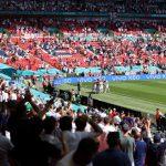 Raheem Sterling, de Inglaterra, celebra la anotación del primer gol con compañeros de equipo y aficionados. Pool vía REUTERS/Catherine Ivill/File Photo