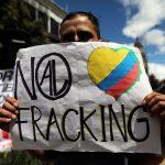 """Un hombre sostiene un cartel que dice: """"No al fracking"""", durante una protesta contra el uso del fracking, en Bogotá.. REUTERS/Luisa González"""