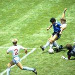 Copa Mundial de la FIFA 1986 - Cuartos de final - Inglaterra contra Argentina - Estadio Azteca, Ciudad de México - 22/6/86. Diego Maradona marca para Argentina.  Crédito obligatorio: Action Images / Juha Tamminen