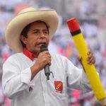 El candidato presidencial socialista Pedro Castillo se dirige a sus partidarios desde la sede del partido Perú Libre, en Lima, Perú