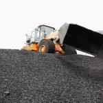 Un tractor pala descarga carbón en el puerto de la ciudad caribeña de Santa Marta. REUTERS/Juliana Lopera