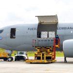 En un avión de la Fuerza Aérea Colombiana arribaron al país 2,5 millones de dosis de vacunas de la farmacéutica Janssen, donadas por el Gobierno del Presidente de Estados Unidos, Joe Biden. Foto David Romo – PRESIDENCIA