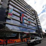 Fachada del edificio de la Jurisdicción Especial para la Paz (JEP), está revestida con telas bordadas por las víctimas del conflicto armado en Bogotá. REUTERS/Luisa González