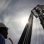 Un empleado trabaja frente a unas tuberías de excavación en el campo petrolero de Rubiales en el departamento del Meta. REUTERS/José Miguel Gómez