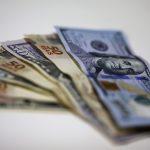 Billetes de dólares y reales en una casa de cambio en Rio de Janeiro. REUTERS/Ricardo Moraes