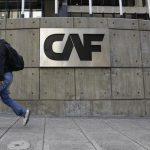 Un hombre pasa junto al logo corporativo del Banco de Desarrollo de América Latina (CAF) en su sede en Caracas, Venezuela.REUTERS/Carlos García Rawlins