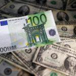 Billetes de dólar y euro, REUTERS/Dado Ruvic/
