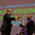 El Presidente Iván Duque saluda a la pianista Teresita Gómez, distinguida este lunes durante el acto con motivo del Día Internacional de la Mujer Afrolatina, celebrado en el Teatro Colón, de Bogotá. Foto: Nicolás Galeano - PRESIDENCIA