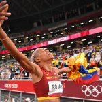 La atleta Yulimar Rojas de Venezuela celebrando tras ganar el oro olímpico e triple salto con récord mundial.  REUTERS/Dylan Martinez