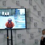 El exjefe paramilitar Salvatore Mancuso rinde un testimonio en una video conferencia  ante la comisión de la verdad, mientras el presidente de la comisión, Francisco de Roux, observa en Bogotá, Colombia, 4 de agosto, 2021.  REUTERS/Nathalia Angarita