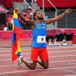 El colombiano Anthony José Zambrano celebrando tras ganar la plata en los 400 mts.  REUTERS/Aleksandra Szmigiel