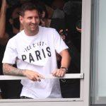 Lionel Messi llega a París para incorporarse al París St Germain - Aeropuerto de París-Le Bourget, París, Francia - 10 de agosto de 2021. Lionel Messi reacciona a su llegada al aeropuerto de París-Le Bourget REUTERS/Yves Herman