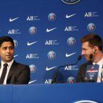 El presidente del Paris St Germain, Nasser Al-Khelaifi, junto a Lionel Messi durante la rueda de prensa de presentación del futbolista argentino celebrada en el estadio Parque de los Príncipes de París, Francia, el 11 de agosto de 2021. REUTERs/Sarah Meyssonnier