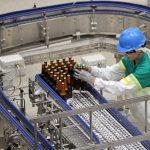 Un empleado de Central Cervecera trabaja en la planta de producción en Sesquilé, REUTERS/Carlos Julio Martínez