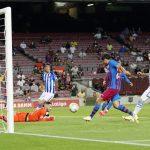 Sergi Roberto anota el cuarto gol del FC Barcelona en el triunfo ante la Real Sociedad, en el Estadio Camp Nou, Barcelona, España - Agosto15, 2021 REUTERS/Albert Gea