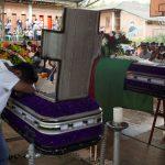 Miembros de la tribu indígena Nasa asisten al funeral de dos guardias indígenas asesinados por disidentes de las Fuerzas Armadas Revolucionarias de Colombia (FARC), según la Defensoría del Pueblo de Colombia, en Toribio, 2019. REUTERS/Federico Ríos