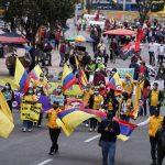 Un grupo de personas marchan en una jornada de protesta para presionar al Congreso por la aprobación de leyes de beneficio social y económico en Bogotá, Colombia, 26 de agosto, 2021. REUTERS/Nathalia Angarita