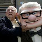 """El actor Ed Asner posando con el personaje Carl Fredricksen, al que dio voz en la película animada de Disney-Pixar """"Up"""", durante la premiére en Hollywood, California, EEUU. 16 mayo 2009.REUTERS/Fred Prouser"""