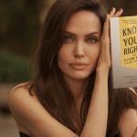 """La actriz Angelina Jolie posa con el libro """"Know Your Rights (And Claim Them)"""" en esta fotografía sin fecha específica vía  Amnesty International/Lachlan Bailey/Handout via REUTERS"""