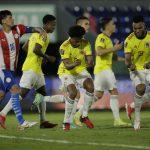 El extremo de Colombia Juan Cuadrado celebra con Miguel Borja tras marcar el gol del empate ante Paraguay  REUTERS/Cesar Olmedo