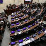 Legisladores colombianos debaten un proyecto de reforma fiscal en el la sede del Congreso en Bogotá
