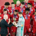 Foto de archivo del presidente de la FIFA, Gianni Infantino, entregando al capitán del Bayern Munich, Manuel Neuer, el trofeo del Mundial de Clubes. REUTERS/Mohammed Dabbous