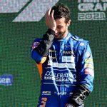El piloto australiano Daniel Ricciardo sonríe en el podio tras ganar el Gran Premio de Italia de la Fórmula Uno, en Monza. Sep 12, 2021. REUTERS/Massimo Pinca