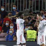 Robert Lewandowski celebra tras anotar su segundo gol personal junto a Alphonso Davies en la goleada 3-0 del Bayern Munich sobre el FC Barcelona por el Grupo E de la Liga de Campeones, en el estadio Camp Nou, Barcelona, España - Septiembre 14, 2021 REUTERS/Albert Gea