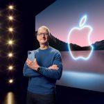 El CEO de Apple, Tim Cook, sostiene el iPhone 13 Pro Max y el Apple Watch Series 7 durante un evento especial en el Apple Park en Cupertino, California, transmitido el 14 de septiembre de 2021.  Apple Inc/Handout via REUTERS. ATENCIÓN EDITORES -  ESTA IMAGEN HA SIDO ENTREGADA POR UN TERCERO. NO DISPONIBLE PARA REVENTA NI ARCHIVO