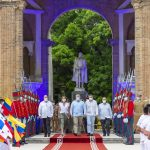El Presidente Iván Duque Márquez depositó una ofrenda floral a los pies de una estatua en homenaje al Libertador Simón Bolívar, acompañado por los embajadores de Panamá, Ecuador, República Bolivariana de Venezuela y del secretario de la CAN.