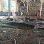 Interior de la Gran Mezquita de Seyedabad después de ser afectada por una poderosa explosión en la provincia norteña de Kunduz, en Afganistán, el 8 de octubre de 2021. (Zahir Niyazi - Agencia Anadolu)