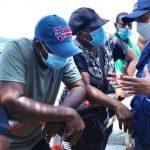 El Defensor del Pueblo, Carlos Camargo dialoga con varios emigrantes