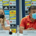 la capitana, Daniela Montoya de la Selección Colombia y el director técnico, Nelson Abadía