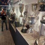 El equipo embajador expone tesoros de la historia azul como la camiseta de Ricardo Lunari, la Copa que le ganó a Real Madrid y artículos de Alfredo Di Stéfano. Algunos de los trofeos que se exhiben en el el museo embajador / EFE