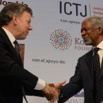 Presidente Santos y Kofi Annan se saludan en el foro 'Comisiones de la Verdad y Proceso de Paz