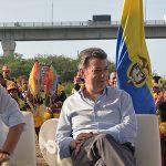 Presidente y Vicepresidente durante la firma del contrato para la construcción del nuevo Puente Pumarejo