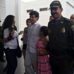 Daniela Mora en compañía de su padre, Diego Mora, y el general Rodolfo Palomino.