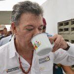 Presidente Santos prueba el primer sorbo de agua potable de nuevo pozo en Manaure, La Guajira