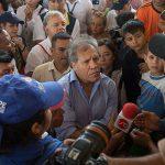 En Cúcuta, el secretario general de la Organización de Estados Americanos, OEA, Luis Almagro, escucha el testimonio de uno de los colombianos deportados