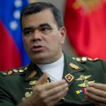 """CAR01. CARACAS (VENEZUELA), 12/02/2015.- El ministro de Defensa de Venezuela, general Vladimir Padrino, habla con Efe este 11 de febrero de 2015 en la sede de su ministerio, en la ciudad de Caracas (Venezuela). Padrino afirmó que para las Fuerzas Armadas una manifestación pacífica y sin armas es """"intocable"""", pero precisó que sí actuarán contra una campaña de """"violencia organizada"""" como la que asegura que se vivió hace un año en el país. """"La fuerza pública no confronta manifestaciones pacíficas, una manifestación pacífica es constitucional, cualquiera puede salir con sus pancartas"""", aseguró Padrino al cumplirse un año del inicio de la ola de protestas antigubernamentales en Venezuela. EFE/MIGUEL GUTIERREZ"""