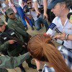 Santos conversó con los habitantes y saludó a miembros de la Guardia Nacional de Venezuela