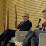 El Presidente Santos, durante foro de mercados, le pidió al fundador de la empresa de zapatos Toms ayudarle a vender un producto que muchos no quieren comprar La  paz